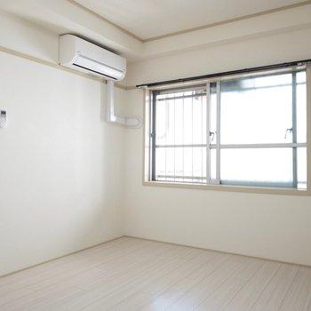 洋室にもエアコンが付いています◎