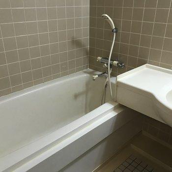 お風呂場もタイル張りで可愛いデザイン