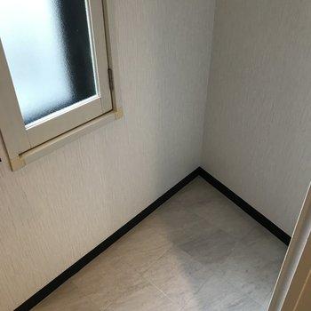 おトイレはスペース広め!小窓も明るくて嬉しい