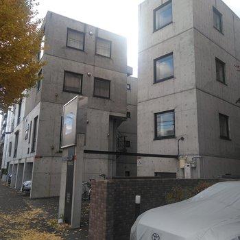 向かって右側の3階のお部屋になります