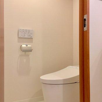 個室トイレはタンクレスタイプで、シャープな印象です。