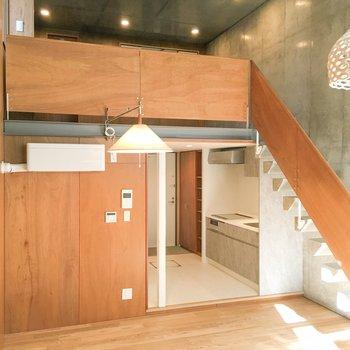 向かいにはキッチンと、上階に続く階段が。