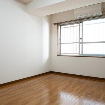 洋室】窓側にすっぽりベッドが入りそう!