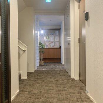 お部屋はエントランスすぐの角部屋です