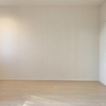 家具も白で統一して、植物で彩りを