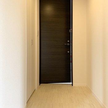 ベビーカーや荷物もらくらく入るフラットな玄関。(※写真は2階の同間取り別部屋のものです)