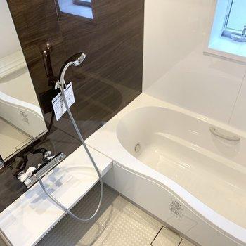 お風呂は小窓もついてるし、ゆったりくつろげそうです。(※写真は2階の同間取り別部屋のものです)