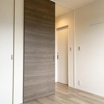 その洋室から水まわり、キッチンへと行くことができます。(※写真は2階の同間取り別部屋のものです)