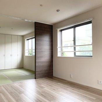 引き戸が大きく開けば、6帖の和室とほぼつながります。(※写真は2階の同間取り別部屋のものです)