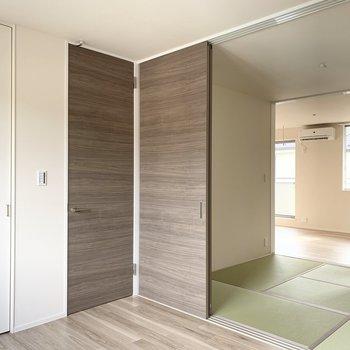 洋室からはトイレやお風呂に行けるドアがあるので便利ですよ。(※写真は2階の同間取り別部屋のものです)