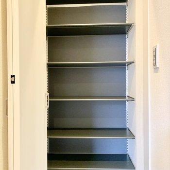 可動棚の靴棚でブーツもしっかり収納できます。(※写真は2階の同間取り別部屋のものです)
