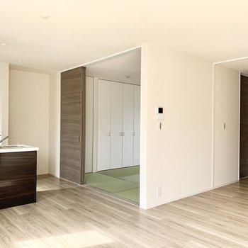キッチン横から和室。(※写真は2階の同間取り別部屋のものです)