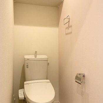 トイレはほんのり桜色のクロスです。(※写真は2階の同間取り別部屋のものです)