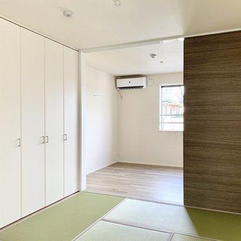青々とした新しい畳が気持ちいいですね。洗濯物はここで畳みたいです。(※写真は2階の同間取り別部屋のものです)
