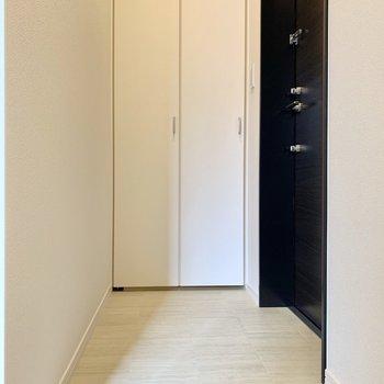 フラットでシンプルな玄関。(※写真は2階の同間取り別部屋のものです)
