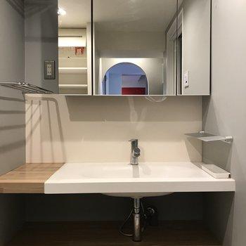 洗面台は家族仕様の特大サイズ