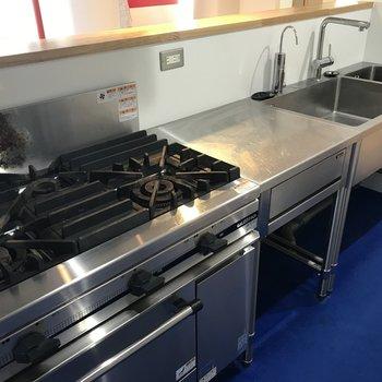 キッチンは業務仕様で機能的!