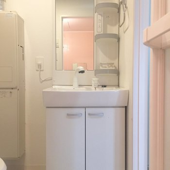 洗面台は収納がたっぷりです。