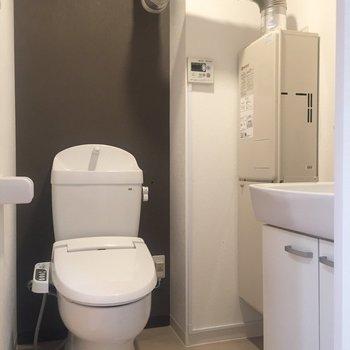 脱衣所の奥にトイレがあります。