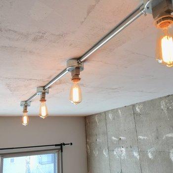 天井には4つのエジソン電球が。