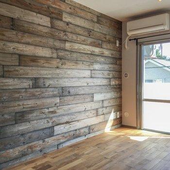 こちらの壁には木材が使用されています。ざらっとした手触りがワイルド。