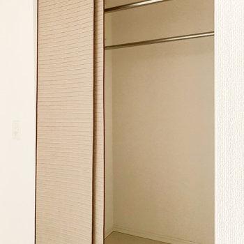 玄関横には納戸がありました。掃除用具やシーズン外の洋服などをしまうとよさそうです。