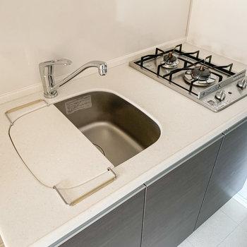 付属のボードを使えば、調理スペースがしっかり確保できますね。