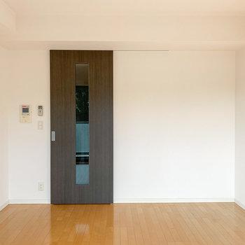 お部屋に入って右手の壁にはピクチャーレールが。