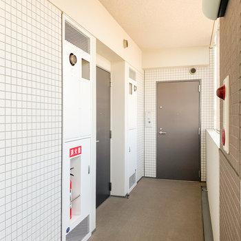 エレベーターを降り、奥から1つ手前のお部屋です。