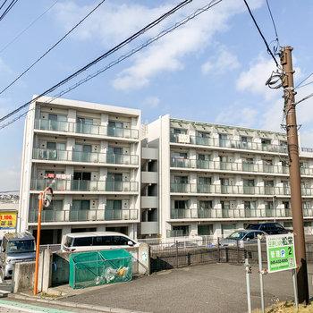 線路沿いにあるこちらのマンションの3階のお部屋。