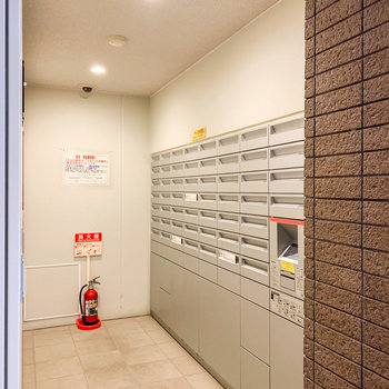1階には宅配ボックスと集合ポストがありました。