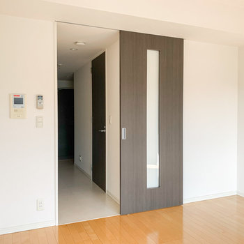 扉の奥はキッチンへと続きます。