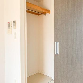 洋室を出てすぐ左手には収納。しっかり高さがありますね。
