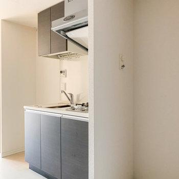キッチンの左手には洗濯機置場と右手には冷蔵庫置場があります。
