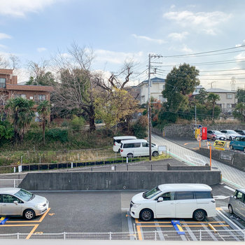 眺望からはお隣にあるカーシェアリングの駐車場が見えました。休日に車を借りてドライブに出掛けてもいいですねえ。