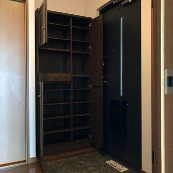 玄関はコンパクトながらもシューズBOXは大容量◎小さな鏡もついてるの。(※写真は別棟2階の反転間取り別部屋のものです)
