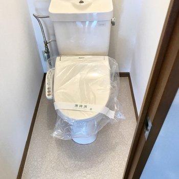 トイレはウォシュレット付き◎上に棚もありますよ。(※写真は別棟2階の反転間取り別部屋のものです)