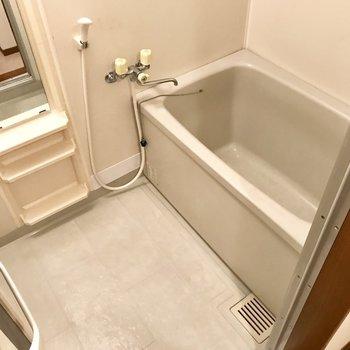 お風呂はシンプルな感じ!鏡が大きいのが嬉しい◎(※写真は別棟2階の反転間取り別部屋のものです)