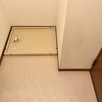 洗面台も向かい側に洗濯機置場。突っ張り棒で棚を作りたいな。(※写真は別棟2階の反転間取り別部屋のものです)