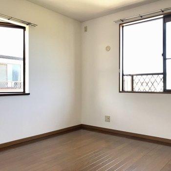 2面窓で明るい空間。テレビも置けるのが嬉しい。夫婦の寝室かな?(※写真は別棟2階の反転間取り別部屋のものです)