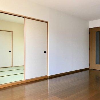 リビングのお隣には和室。(※写真は別棟2階の反転間取り別部屋のものです)