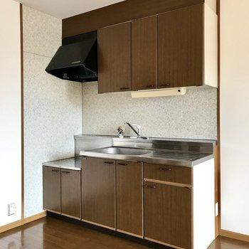どっしりとしたキッチン。木のお皿を合わせたくなるー!(※写真は別棟2階の反転間取り別部屋のものです)