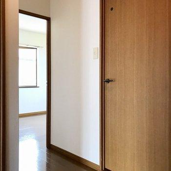 一旦廊下へ出て一番奥の洋室へ!(※写真は別棟2階の反転間取り別部屋のものです)