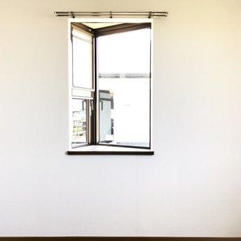 この三角の出窓にはお花を飾ろう。(※写真は別棟2階の反転間取り別部屋のものです)