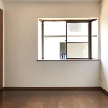 続いて真ん中の洋室。こちらも窓付きで嬉しい。(※写真は別棟2階の反転間取り別部屋のものです)