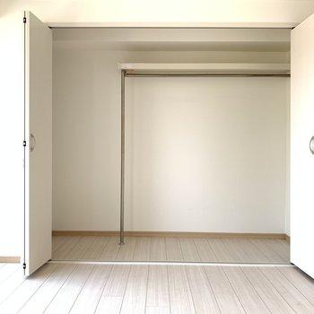 寝室のクローゼットは大容量!二人暮らしでも足りそうですね。