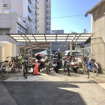 自転車置き場は建物裏側に。屋根付きで雨を防げます。