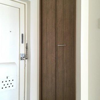 玄関横の大きな扉はシューズボックスかな?