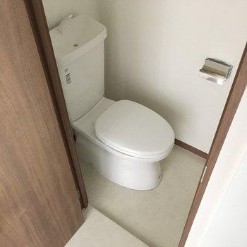 トイレはつきあたり。コンパクトですが清潔感があります。