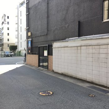 ゴミ置き場はマンション横。
